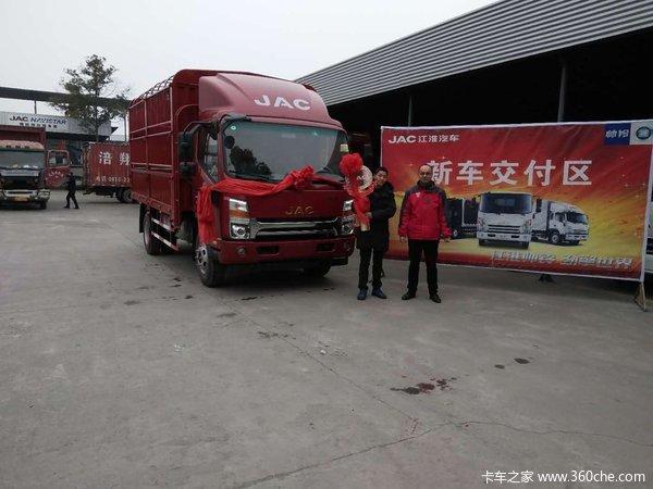 绵阳新天汽贸城骏铃V6载货车交付客户