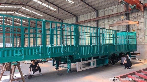 13米栏板标箱半挂车板簧桥出售栏板式半挂车图片